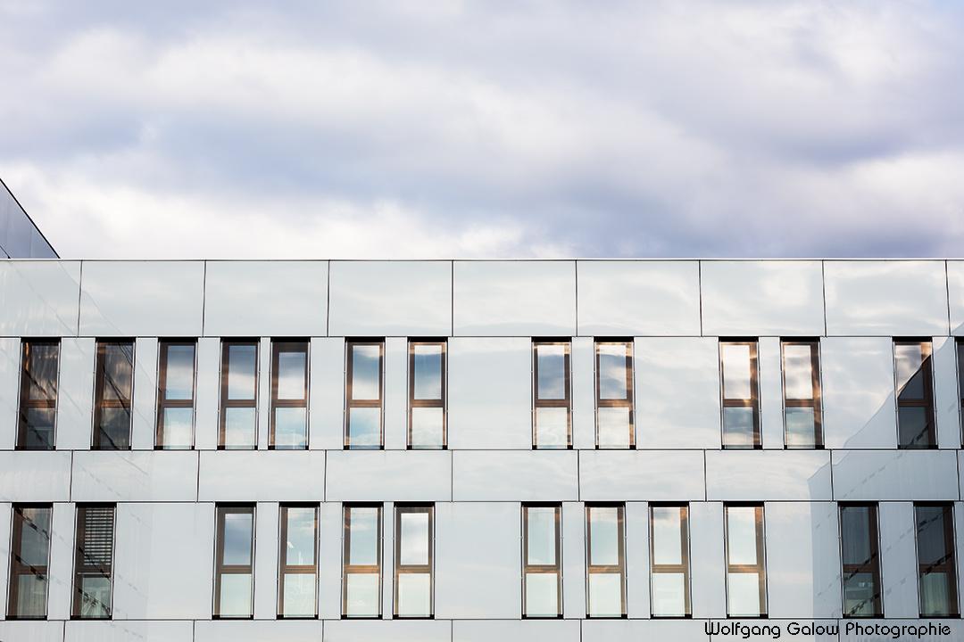 Foto im Querformat: Ansicht der zentralen Gebäudefront