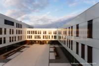Foto im Querformat: Die 3 Schenkel des Gebäudes aus hoher Perspektive bei Licht in Föhnlage