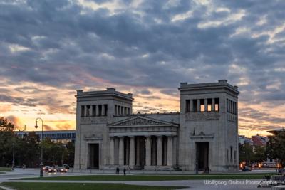 Architekturlandschaft nach dem Sonnenuuntergang im Halbdunkel vor gelbrotem bis blauschwarzem Abendhimmel