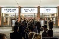 Foto im Querformat: Ein Foto einer langen Menschenschlange vor dem Kino International in Berlin