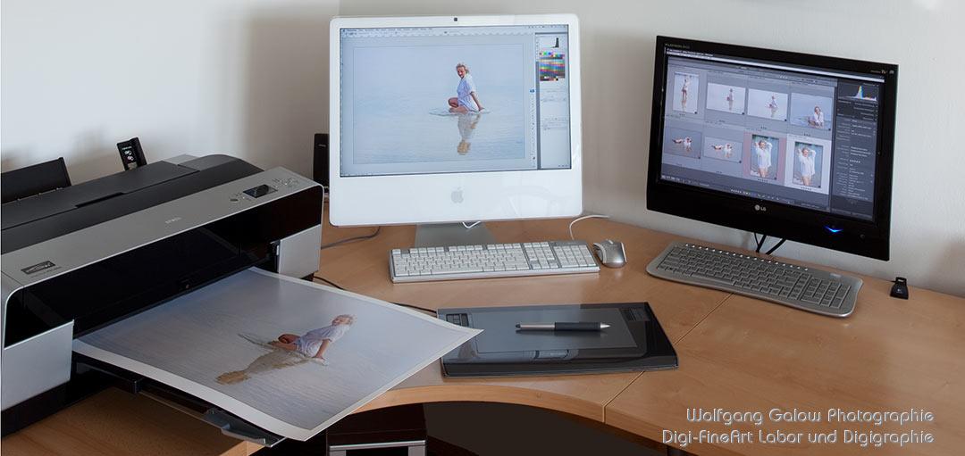 FineArt-Druck: Ein Epson FineArt-Drucker mit Bild und zwei Computermonitore
