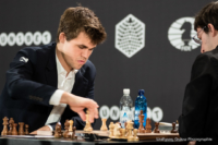 Foto (Color) im Querformat: Weltmeister Magnus Carlsen führt gerade einen Zug aus