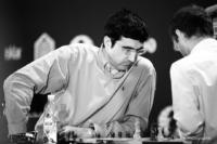 Foto (Schwarz-Weiß) im Querformat: Exweltmeister Vladimir Kramnik sitzt eindrucksvoll am Brett