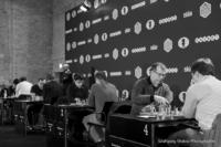 Foto (Schwarz-Weiß) im Querformat: Die 8 Spieler an den ersten 4 Brettern in einem Bild