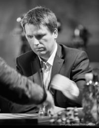 Foto (Schwarz-Weiß) im Hochformat: zwei schnelle Hände über dem Brett