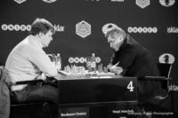 Foto (Schwarz-Weiß) im Querformat: beide Großmeister sitzen mit verschränkten Händen am Schachtisch