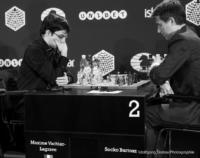 Foto (Schwarz-Weiß) im Querformat: Maxime Vachier-Lagrave, der best gekleidete Schachspieler; Lange Zeit hat er im Turnier geführt