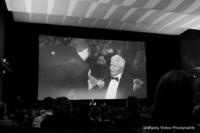 Foto (Schwarz-Weiß) im Querformat: Im Kinosaal wird Ehrengast Boris Spasski interviewt