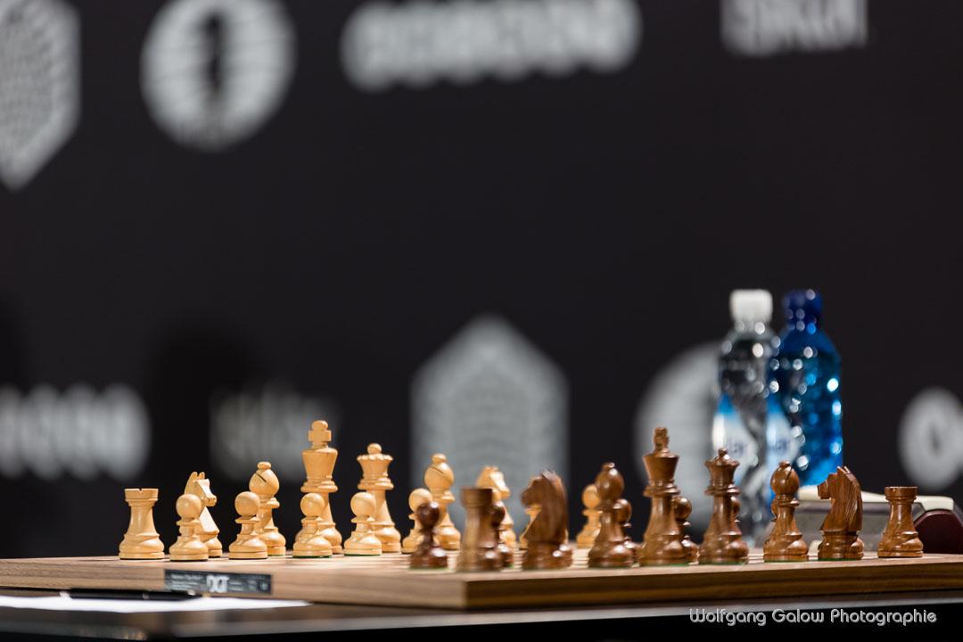Foto (Color) im Querformat: der Fotograf zeigt ein fertig aufgebautes Schachbrett in Nahaufnahme, das auf die Schachspieler wartet