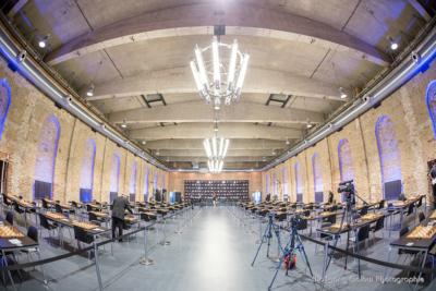 Foto im Querformat: Der Turniersaal in einer Weitwinkelaufnahme, hell künstlich erleuchtet