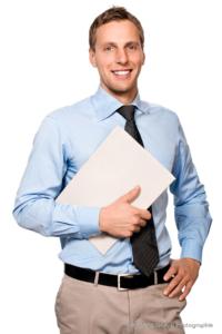 Bewerbungsfoto und Portrait männlich im Fotostudio vor hellem Hintergrund