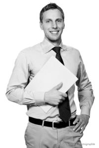 Bewerbungsfoto und Portrait im Hochformat, männlich, im Fotostudio vor helllem Hintergrund