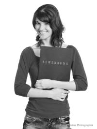 Bewerbungsfoto und Portrait im Hochformat, weiblich, im Fotostudio vor hellem Hintergrund