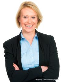 Bewerbungsfoto und Portrait im Hochformat, weiblich, im Fotostudio vor hellem grauem Hintergrund