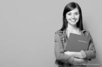 Bewerbungsfoto und Portrait im Querformat, weiblich, im Fotostudio vor hellgrauem Hintergrund