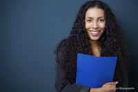 Bewerbungsfoto und Portrait im Querformat, weiblich, im Fotostudio vor blauem dunkelblauem Hintergrund