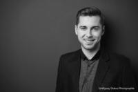 Bewerbungsfoto und Portrait im Querformat, männlich, im Fotostudio vor dunkelgrauem Hintergrund