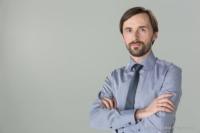 Bewerbungsfoto und Portrait im Querformat, männlich, im Fotostudio vor blauem hellem grauen Hintergrund