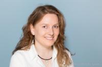Bewerbungsfoto und Portrait weiblich im Fotostudio vor blauem Hintergrund