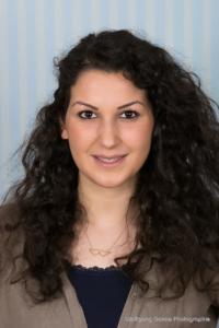 Bewerbungsfoto und Portrait im Hochformat, weiblich, im Fotostudio vor hellblauem Hintergrund
