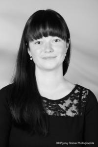 Bewerbungsfoto und Portrait im Hochformat, weiblich, im Fotostudio vor mittelgrauem Verlaufshintergrund