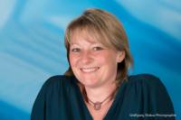 Bewerbungsfoto und Portrait im Querformat, weiblich, im Fotostudio vor blauem Verlaufshintergrund