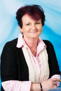 Bewerbungsfoto und Portrait im Hochformat, weiblich, im Fotostudio vor blauem Verlaufshintergrund