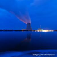 Farbfoto im quadratischen Format: Nachtaufnahme mit Langzeitbelichtung der Kühlturm mit den schräg aufsteigenden Kühlungsdunst im blauen Licht