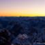 Farbfoto im Querformat: Gelb-blauer Himmel vor der Gebirgslandschaft