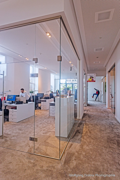 Lichtdurchflutete Arbeitsplätze - Wände aus Glas schaffen das Gefühl von Raum