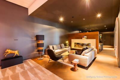 Ein Raum mit bequemen Sitzpolstern im warmen Licht
