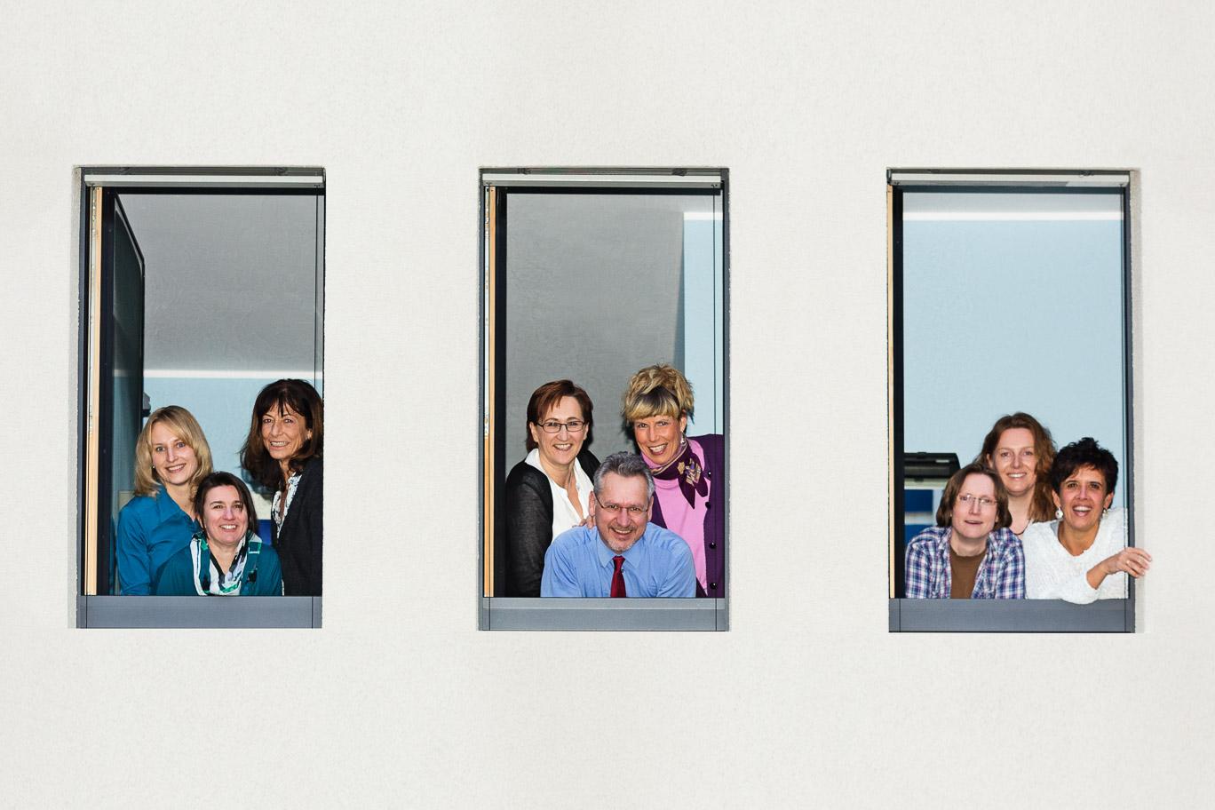 Das Team der Arztpraxis zeigt sich in den Fenstern